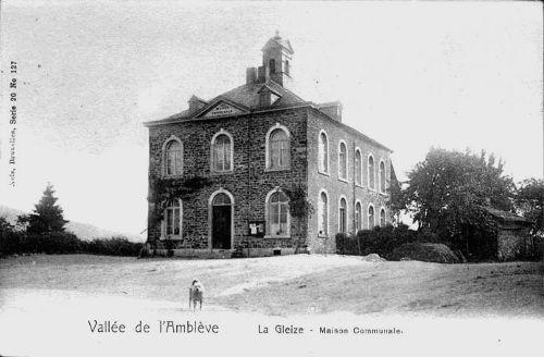Carte postale 1900: La place du village et la maison communale abritant l'école