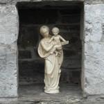 une petite potale avec une Vierge.