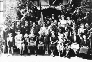 Août 1945 à Winamplanche, les prisonniers et les réfractaires du village avec leur famille  (photo collection M. et Mme Jacquy Dohogne –Cordonnier)