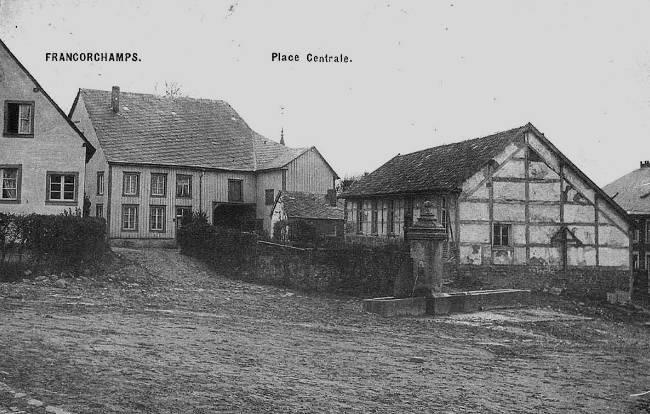 1900: la fontaine de la place du Rond Chêne, une des 3 fontaines du village. Le bâtiment à colombages a abrité l'école et l'administration communale de 1847 à 1874