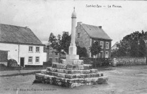 Carte postale 1910: Le perron de Sart et à sa droite le presbytère (de nos jours l'Office du Tourisme)