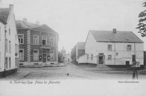 1920: De gauche à droite sur la carte postale : Le café-salle Sente, la maison communale et l'école, le château Detroz (château de Sart), la maison Lespire