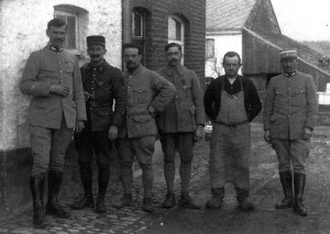 1918 : Soldats français et Henri Torfs devant la ferme Pironet (avenue Jean-Baptiste Romain,15) (photo, collection A. Gernay)