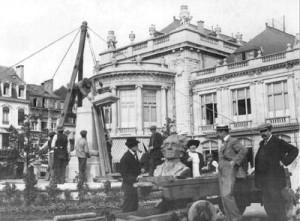 Mise en place du monument Meyerbeer dans les jardins du casino en 1912