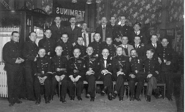 La Sainte Barbe le 4 décembre 1937 à l'hôtel Terminus place de la Gare. Au premier rang, sur cette photo à l'hôtel Terminus, le 4 décembre 1937, on reconnaît M. Paës, échevin de la Ville de Spa entouré par M. François Ledin, commandant des Pompiers armés de la guerre 14-18 jusqu'en 1941, date à laquelle il démissionnera, car gazé le 18 mars 1918, il ne pouvait plus occuper le poste pour des raisons de santé. De l'autre côté de M. Paës, André Ledin, le fils de François. Victor Nizet, Joseph Sablon puis Henri Caris (1960) lui ont succédé. Au 2e rang, debout M. Lemoine qui travaillait au casino.