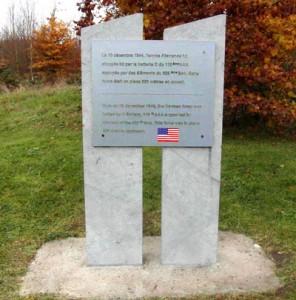 Stèle située le long de la route Spa-La Gleize, avant le village de Cour «Le 19/12 1944, l'armée allemande fut stoppée ici par la batterie D du 110e AAA appuyée par des éléments du 639e BON. Cette force était en place 200 mètres en amont »