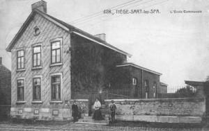 1912: L'école communale de Tiège (carte postale)