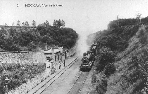1913: La halte de Hockai.La salle d'attente est située le  long du quai. La gare se trouve en haut de la rampe d'accès, elle comprend l'habitation du chef de station et le bâtiment des recettes (carte postale)