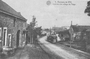 1920: Le tram passe devant le magasin «Chez Célestine» situé dans la rue principale de Tiège