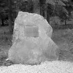 La stèle de l'arboretum en hommage à M Valière.