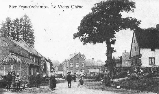 1900 : Au centre, l'école du village. A gauche, une des 6 bornes fontaines de Ster