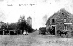 A l'avant-plan la Croix de Basse-Desnié et le café épicerie (carte postale)
