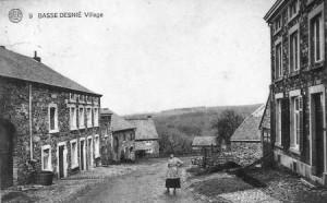 Basse-Desnié, à gauche l'ancienne ferme Lepièce (carte postale) (Fin du 19e siècle, cette famille possédait une grande partie des terres et des maisons de Basse-Desnié)