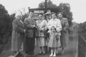 1954 : Nivezétois à la halte du village, voyage à Lourdes (photo collection Y. Jérôme) Madeleine Servais, René Bruhl, Mariette Lejeune, Antoine Laguesse, Yvette Jérôme,Mariette Landenne, Denise Bruhl