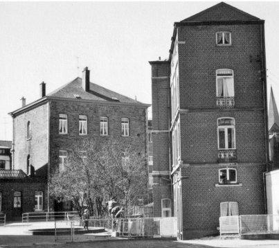 l'école du côté du bd des Anglais à gauche du garage PAQUAY. Au milieu de la photo, une annexe de l'ancien Hôtel de l'Europe dont l'entrée était située rue Entre-les-Ponts.