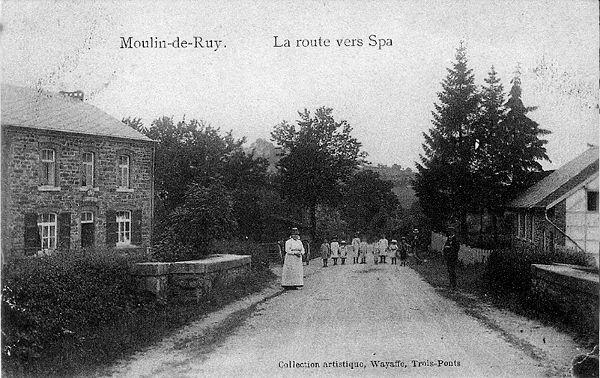 Carte postale : 1900 : à gauche le café-salle Georgin et à droite l'école catholique Saint-Eustache