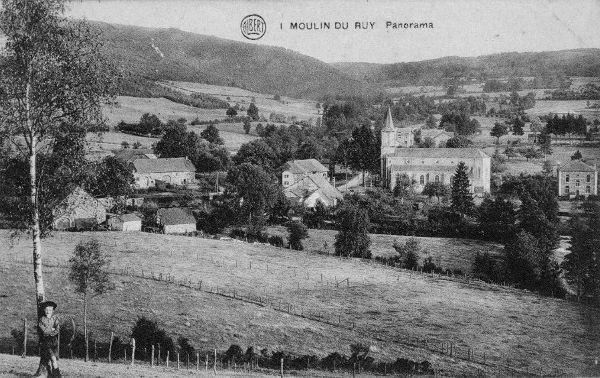 Carte postale : 1900 : le centre de Moulin-du-Ruy, à droite le presbytère construit vers 1890
