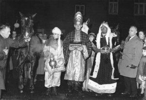 1965: le dimanche 10 janvier: les Rois Mages arrivent à Creppe, Léon Starck, Jean-Pierre Legrand (Gaspard), François Fraiture (Balthazar), Marcel Boniver (Melchior), Gustave Pattyn.  (Photo collection R. Starck)