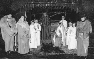1965: le dimanche 10 janvier: la crèche vivante située à l'entrée de l'église (photo collection R. Starck) ?    , Jacques Ansay, Martine Langen, Ginette Langen,  ?   , Linda Garcia (Marie),   ?   ,   ?   ,   ?   ,   ?