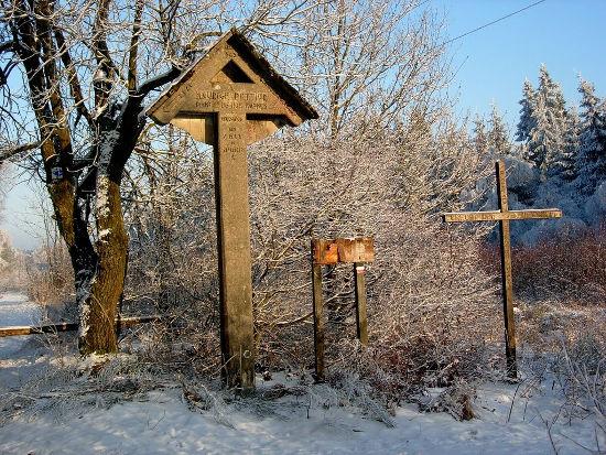 A gauche le Mémorial Maurice Pottier et à droite la croix de la Vèkée