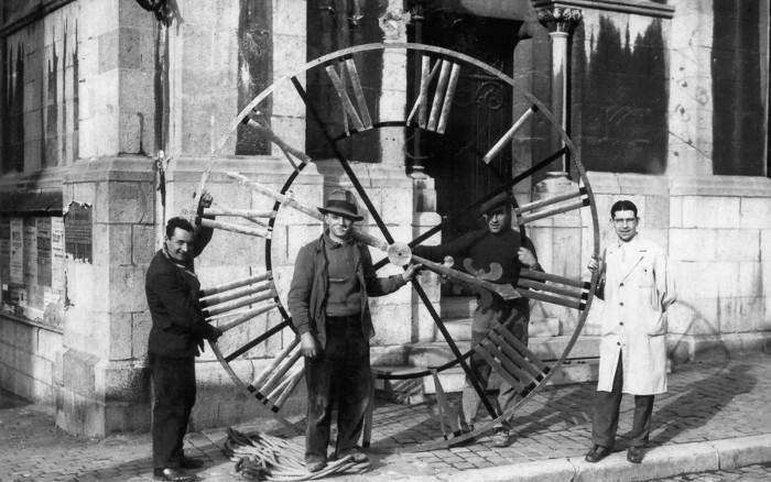 1937 horloge église de Spa. Victor Dubois (homme au chapeau  2eme à droite) et René Pottier (coiffeur) en tablier blanc.