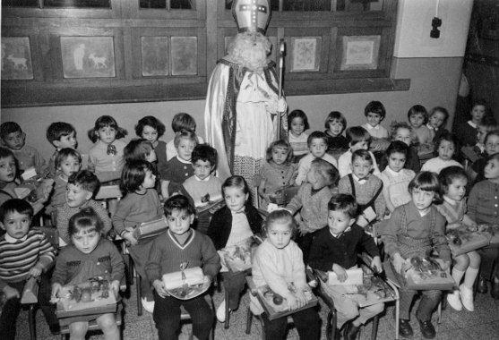 Saint Nicolas pose ici parmi les élèves de l'Athénée en décembre 1958.